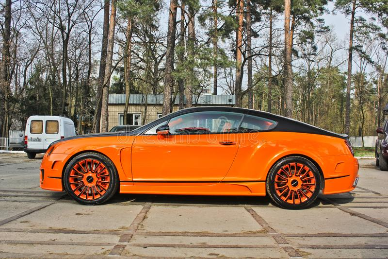 Kiev, de Oekraïne; 10 april, 2015 Het Ras Mansory van Bentley Continental GT in het bos stock afbeeldingen