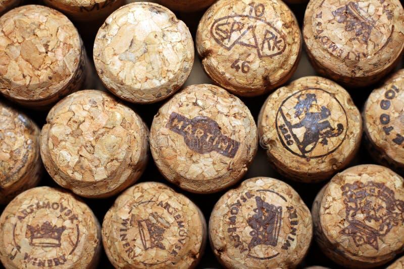 KIEV, DE OEKRAÏNE - APRIL 22: Mousserende wijn redactieachtergrond met wijnkurken van Maritini en andere merken op Apri royalty-vrije stock fotografie