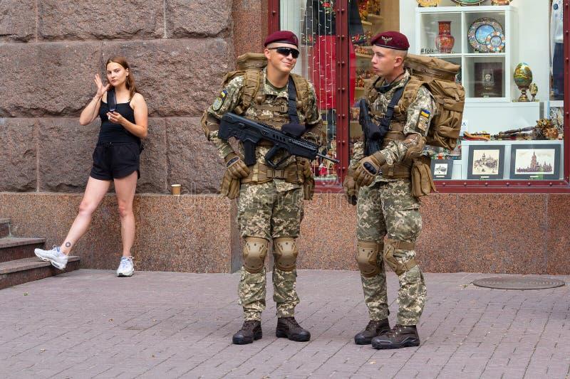 Kiev, de Oekraïne - Augustus 18, 2018: Militair volledig uitgerust op de straat van de stad stock foto's