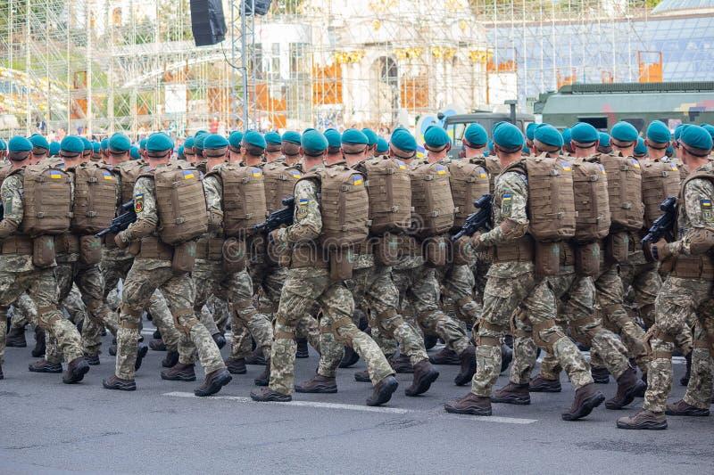 Kiev, de Oekraïne - Augustus 19, 2018: Militairen van het Oekraïense Leger bij de repetitie van de militaire parade stock afbeeldingen