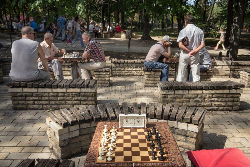 KIEV, DE OEKRAÏNE - AUGUSTUS 17, 2015: Oude mensen die schaak in Taras Shevchenko Park, Kiev, hoofdstad spelen van de Oekraïne stock afbeeldingen