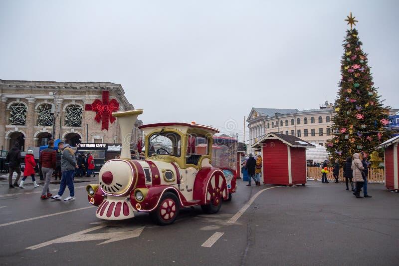 Kiev, de Oekraïne - December 30, 2018: De aantrekkelijkheid van kinderen in de vorm van een stoomlocomotief op een Kontraktova-Vi royalty-vrije stock afbeeldingen
