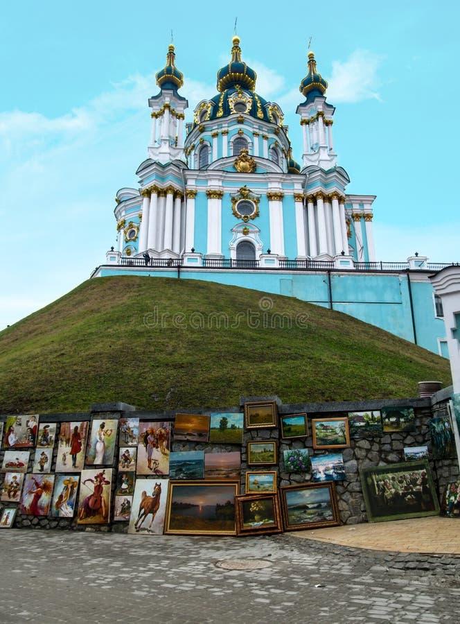 Kiev, de Oekraïne - December 31, 2017: Een mooie orthodoxe heldere turkooise tempel op een heuvel in de Barokke stijl - de Kerk v stock fotografie