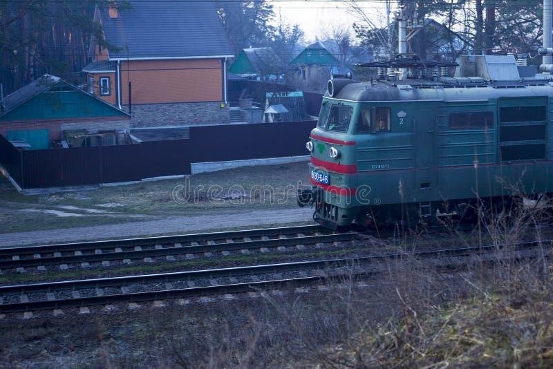 kiev De Oekraïne 03 16 2019 drijvend langs de forestrailway goederentrein met wagens stock foto