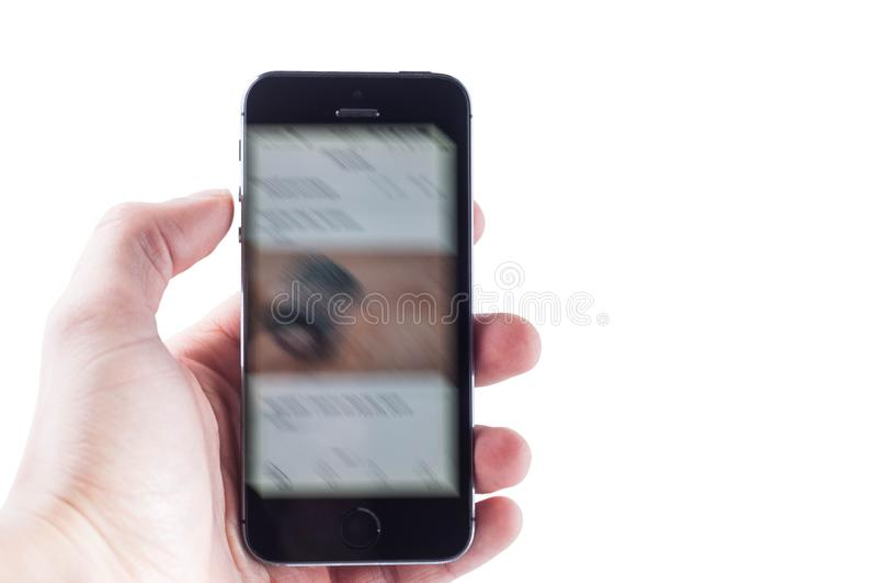 Kiev, de Oekraïne - Februari 27, 2019: Snel het wegknippen nieuws op een smartphone met het gebroken scherm stock fotografie