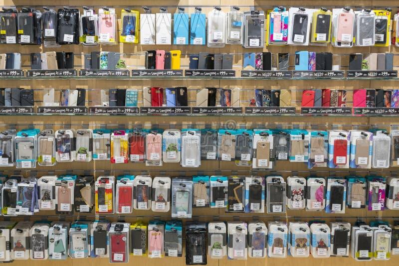Kiev, de Oekraïne 15 januari iPhone en Samsung van 2019 Kleurrijke telefoneert Gevallen voor Verkoop in Mobiele Telefoonsopslag V stock afbeelding
