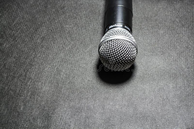 Kiev, de Oekraïne 10 januari, 2019 De microfoon voor het zingen op zwarte achtergrond ligt karaoke Moderne technologieën Muziek g stock foto's