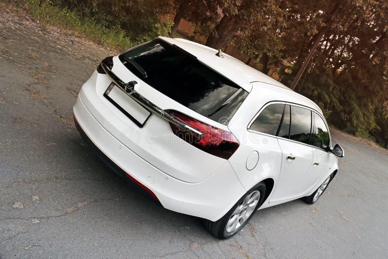 Kiev, de Oekraïne - Juni 19, 2018: Wit Opel Insignia op de weg in een mooi bos royalty-vrije stock afbeeldingen