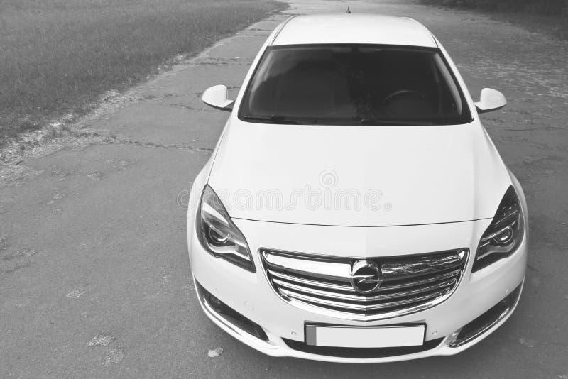 Kiev, de Oekraïne - Juni 19, 2018: Wit Opel Insignia op de weg in een mooi bos stock afbeelding
