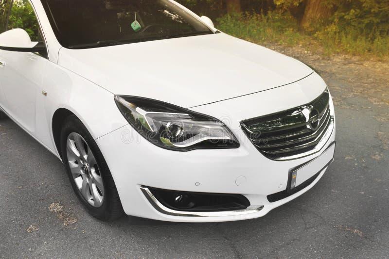 Kiev, de Oekraïne - Juni 19, 2018: Wit Opel Insignia op de weg in een mooi bos royalty-vrije stock foto