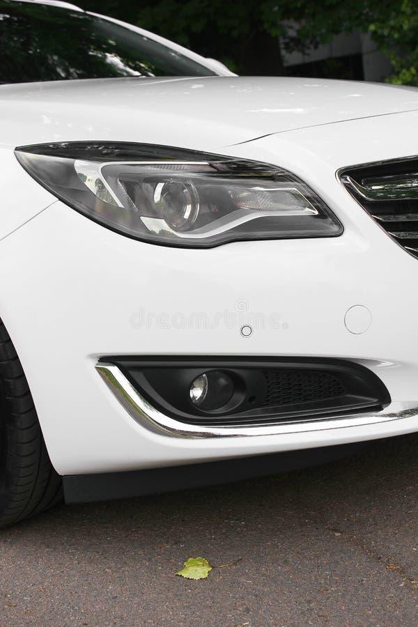 Kiev, de Oekraïne - Juni 19, 2018: Wit Opel Insignia op de weg in een mooi bos stock foto's