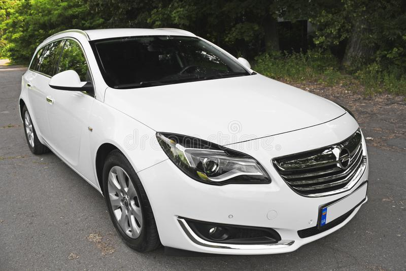 Kiev, de Oekraïne - Juni 19, 2018: Wit Opel Insignia op de weg in een mooi bos stock foto