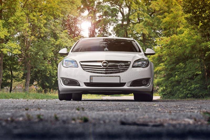 Kiev, de Oekraïne - Juni 19, 2018: Wit Opel Insignia op de weg in een mooi bos royalty-vrije stock foto's