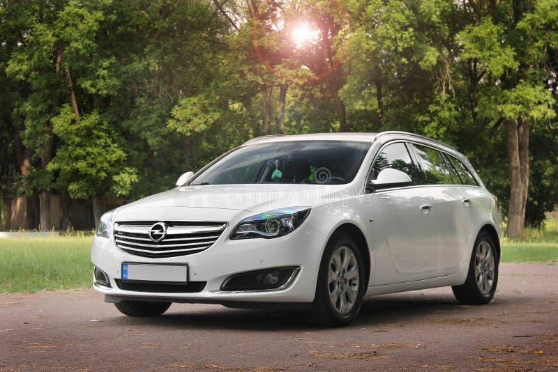 Kiev, de Oekraïne - Juni 19, 2018: Wit Opel Insignia op de weg in een mooi bos stock fotografie
