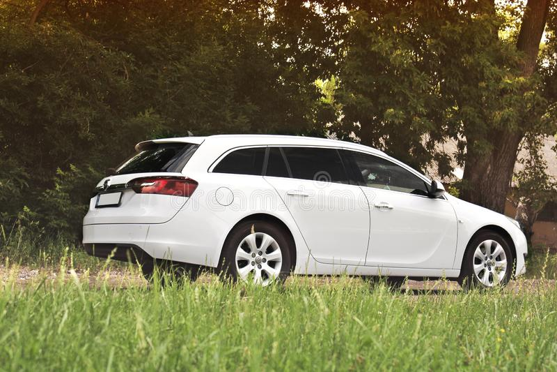 Kiev, de Oekraïne - Juni 19, 2018: Wit Opel Insignia op de weg in een mooi bos royalty-vrije stock fotografie