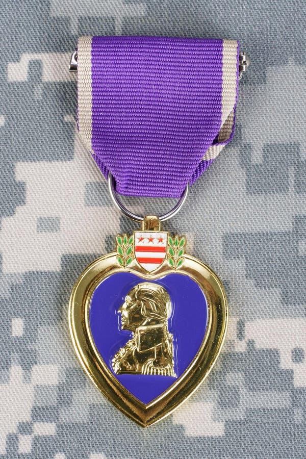 KIEV, de OEKRAÏNE - Maart 6, 2016 Purple Heart-de toekenning met hondmarkeringen op het LEGER van de V.S. camoufleert eenvormig stock afbeelding