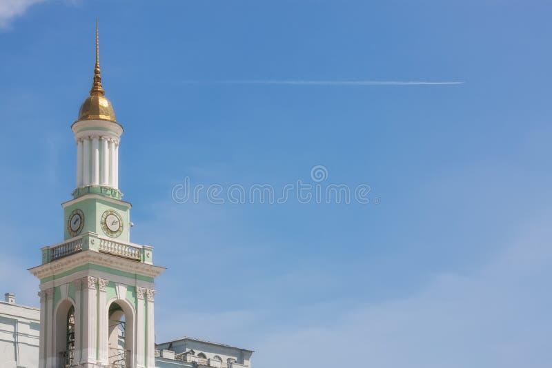 KIEV, de OEKRA?NE - mag, 18: Mooi die Spit van St Catherine Church op Kontraktova-Contractvierkant - in het Toeristische Gebied w stock fotografie