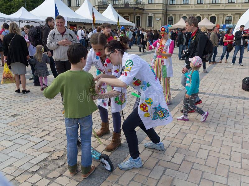 Kiev, de Oekraïne - Mei 21, 2016: Actoren in de rol van clowns om kinderen te onderhouden royalty-vrije stock foto