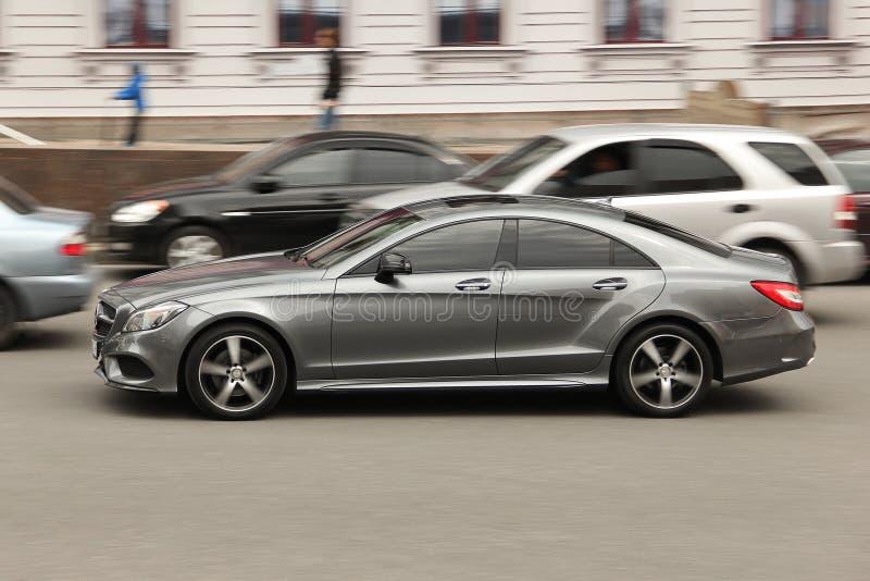 Kiev, de Oekraïne - Mei 3, 2019: Mercedes-Benz CLS bij hoge snelheid royalty-vrije stock fotografie