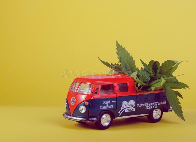 Kiev de Oekraïne - 29 Mei, 2019 Stuk speelgoed model van Volkswagen-Type - 2, T1, Bestelwagen 2 met cannabis doorbladeren op de r royalty-vrije stock foto