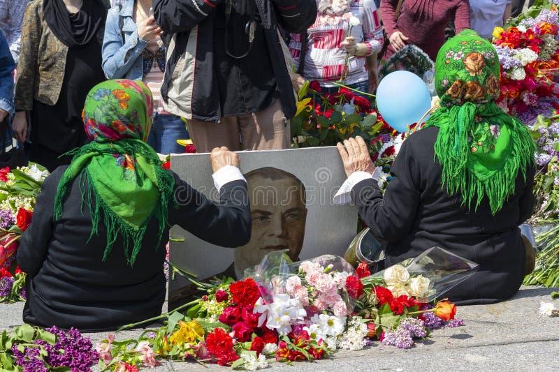 Kiev, de Oekraïne - Mei 09, 2016: De vrouwen zijn veteranen met een portret van de hofmaarschalk Zhukov royalty-vrije stock afbeelding