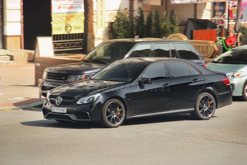 Kiev, de Oekraïne - Mei 3, 2019: Zwarte Mercedes-e-Klasse in motie royalty-vrije stock afbeeldingen