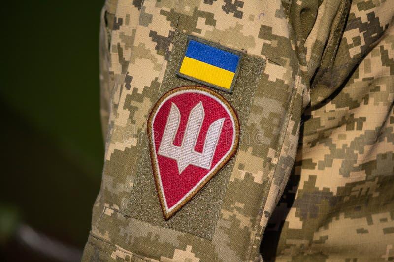 Kiev, de Oekraïne - Oktober 14, 2018: Chevron van Oekraïener een vlag en het wapenschild op een uniform van de militair stock fotografie