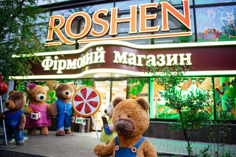 KIEV, de OEKRAÏNE, 19 Oktober: draagt dichtbij show-venster van de Roshen-winkel van de merkbanketbakkerij Het Bedrijf van de Ros royalty-vrije stock foto's