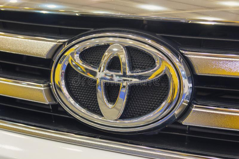 Kiev, de Oekraïne - Oktober 24, 2018: Toyota-autoembleem op de kap royalty-vrije stock foto's