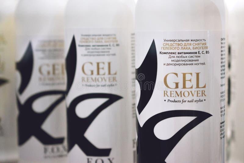 Kiev, de Oekraïne – 19 September, 2018: Flessen van het gel de Poolse Vlekkenmiddel voor spijkerstilist op Showcase in schoonheid stock foto's