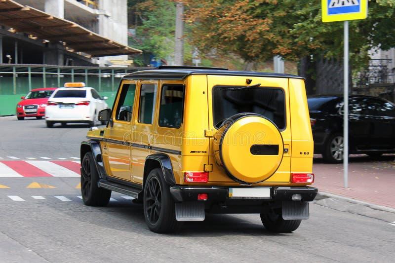 Kiev, de Oekraïne September, 2017 Mercedes G AMG SUV in een exclusieve gele kleur Privé auto op de weg royalty-vrije stock afbeelding