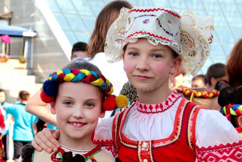 Kiev, de Oekraïne, 29 05 2011 Twee meisjes in Oekraïense en Russische nationale kostuums royalty-vrije stock fotografie