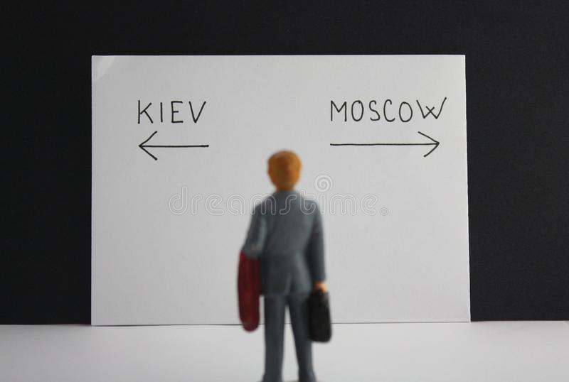 Kiev eller Moskvavägbeslut Politisk metaforRyssland kontra Ukraina konflikt eller primat begrepp för lopp arkivfoton