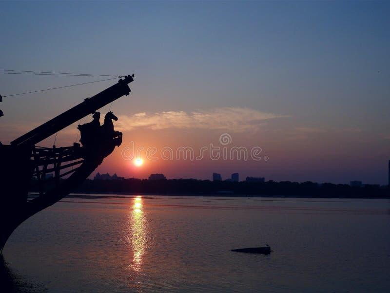 Kiev gryning på floden Dnepr, Ukraina royaltyfria foton