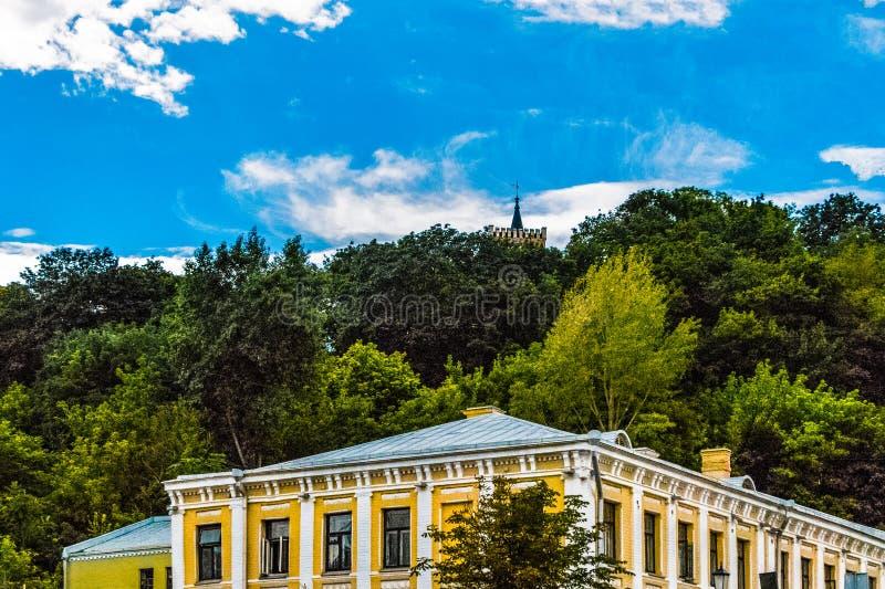 Kiev horisont med en sikt av den St Mark kyrkan fotografering för bildbyråer