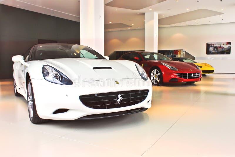 Kiev, invierno, el 2 de diciembre de 2013 Ferrari California y Ferrari FF y Ferrari 458 Italia fotografía de archivo libre de regalías