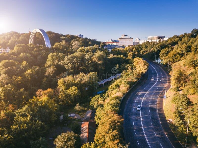 Kiev kiyv Ukraina Flygbild från surret Väg i ner staden, båge för kamratskap för folk` s royaltyfri foto
