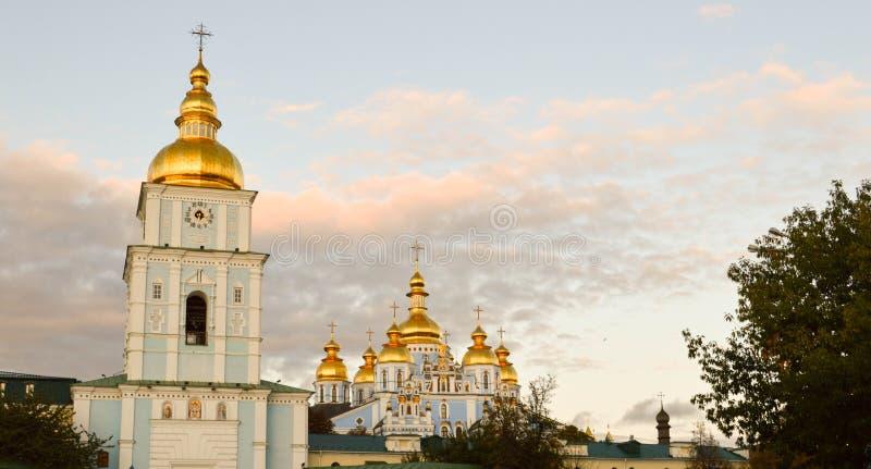Kiev no outono; Monastério Dourado-abobadado do ` s de St Michael imagens de stock