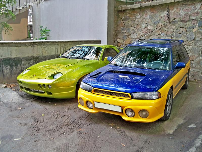 Kiev, o 14 de setembro 2010; Ave de rapina de Porsche 928 no verde luxúria e na WTI de Subaru imagens de stock royalty free