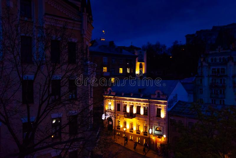 Kiev, Oekraïne; 9 april 2019; Een Pub in de buurt van het Castle van Richard Lionhart 's nachts verlicht door straatverlichting royalty-vrije stock foto