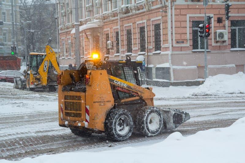 Kiev, 04 Oekraïne-Maart, 2018: Sneeuwploeg op de weg tijdens een sneeuw stock fotografie