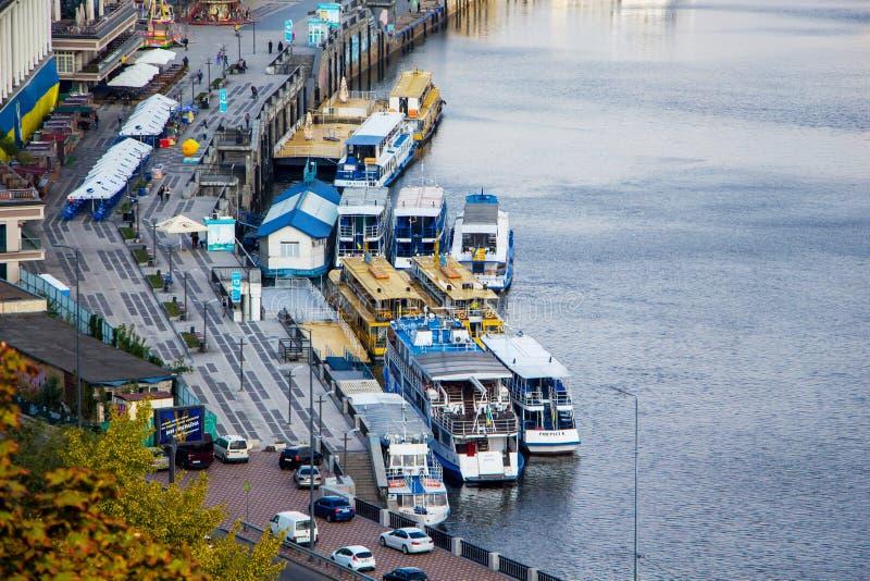 kiev Oktober 2018 Stoomschepen op de pijler, mening van Dnieper_ royalty-vrije stock afbeelding