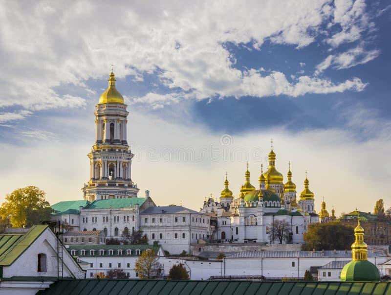 Kiev-Pechersk Lavra mot himlen med molnhöst royaltyfri fotografi