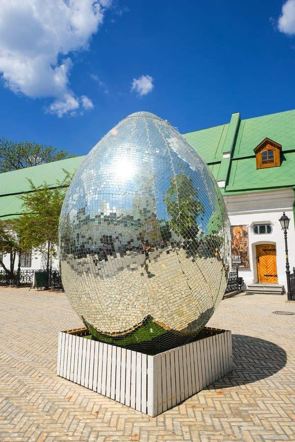 Kiev Pechersk Lavra och easter installation av det jätte- diamantägget, Kiev Ukraina arkivbilder