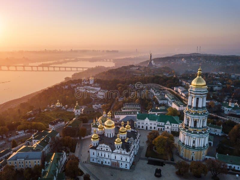 Kiev Pechersk Lavra Ukraine Foto aerea del fuco Vista al cavaliere Dnipro ed al monumento della patria fotografia stock