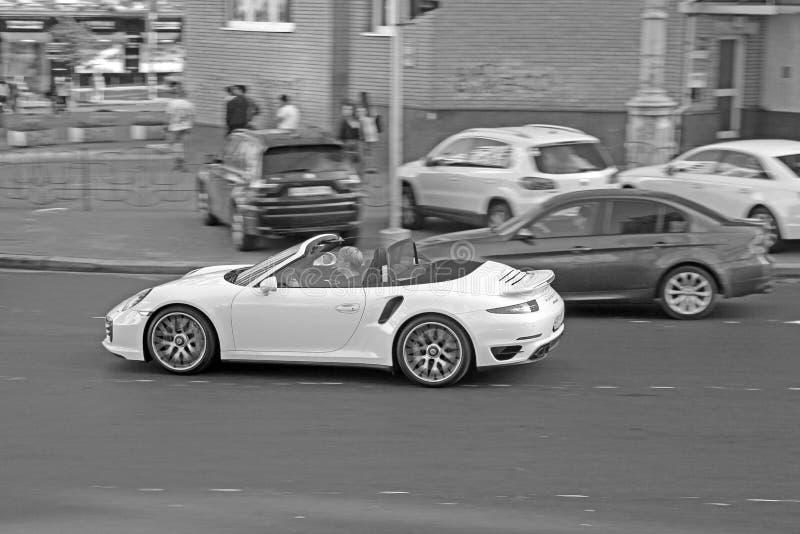 Kiev, uA - maggio 2017: Cabriolet di Porsche 911 Turbo; Porsche convertibile bianco esclusivo fotografia stock libera da diritti