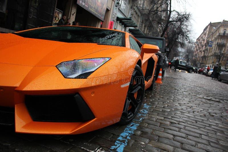 Kiev, Ucrânia - 1º de julho de 2012; Lamborghini Aventador nas ruas Carro Alaranjado cidade luxurious ajustar Supercarro O carro  imagens de stock royalty free