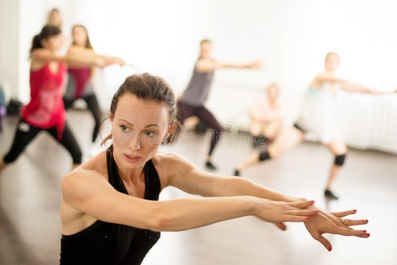 kiev Ucrânia 06 20 2018 Dançarino profissional moças em uma lição de dança em uma escola de dança moderna imagens de stock royalty free