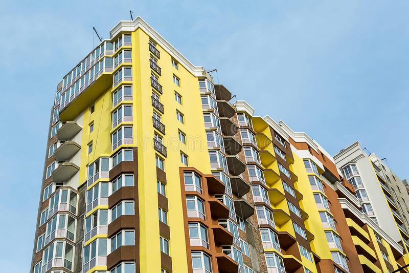 Kiev, Ucrânia - 8 de abril de 2016: Construção do bloco de apartamentos fotografia de stock royalty free