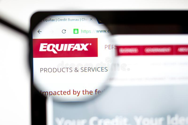 Kiev, Ucr?nia - 5 de abril de 2019: Logotipo de Equifax no homepage do Web site imagem de stock